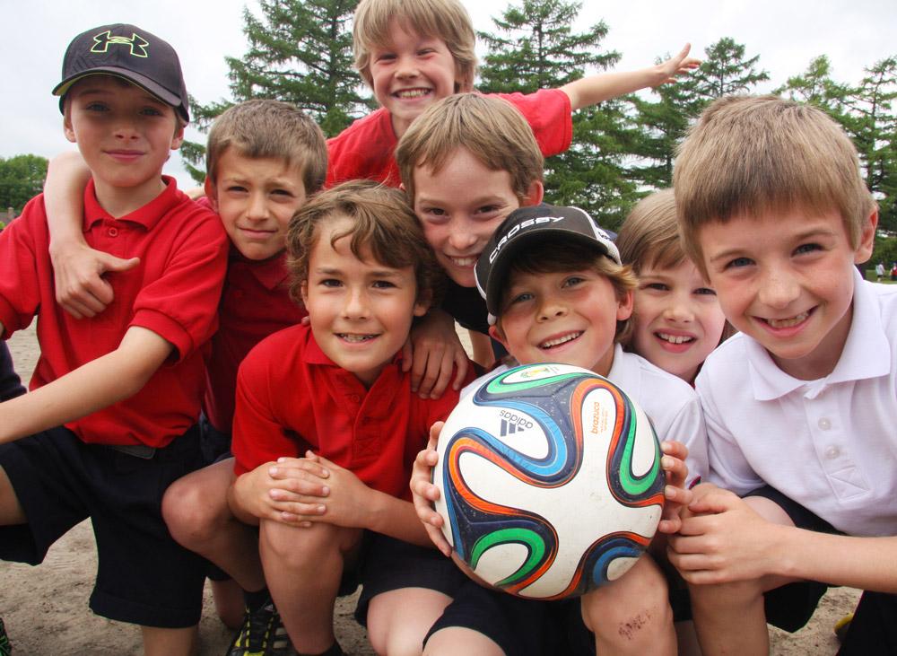 Groupe d'enfants avec ballon